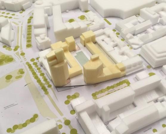 """""""De maquette van het compromis van IBA met de woontoren (links) op de hoek van de Promenade en de Geerstraat. Links ligt het Van Grunsvenplein, rechts Berden. Afbeelding: IBA Parkstad"""""""