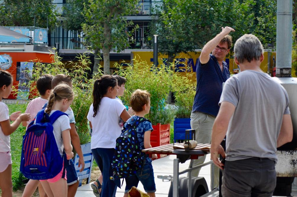 Barry Braeken van IBA Parkstad leidt scholieren rond! Foto door Hanna Lára Pálsdóttir